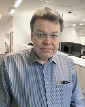 Peter Samuelsson är ordförande för högskolestyrelsen i Dalarna. Han konstaterar att regeringen tänker ta det ovanliga steget att ändra i regleringsbrevet, statens sätt att styra en myndighet.