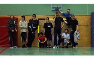 Några av volleybollspelarna i Dala-Floda. Varje torsdagskväll förenar de nytta med nöjde i gympasalen, trevlig samvaro och fysisk aktivitet.FOTO: NATHALIE NILSSON