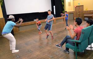 FULLT ÖS. Ungdomarna i sommarlovsprojektets skaparvecka fick chansen att göra en musikvideo. Kin K Blite är proffs på området och bidrog med sina kunskaper.