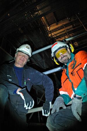 I SODAPANNAN.  Roger Malmström, Inspecta, är besiktningsansvarig för Sodapannan. Här tillsammans med Reijo Mansikka, från Metso Power, som är arbetsledare på plats. Här sitter de inne i sodapannan.