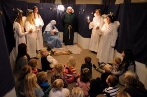 Födelseplatsen i Betlehem med Maria, Josef, barnet och änglarna. Förskolorna i Fjugesta julvandrade i Kyrkans hus under tisdagen.
