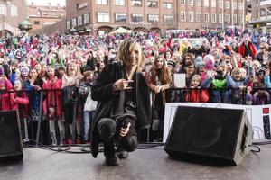 Det var massor med folk på Stortorget när Yohio kom till stan och bjöd på några av sina låtar.