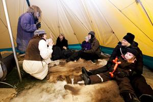 Ulrika Goude och Marie Röjerås berättar sagor för Johan, Josef och Stina Anderung, Karin Forsgren Anderung och Anna och Ella Eurenius.