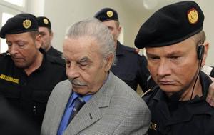 Ondskans ansikte? Josef Fritzl förs in i rättegångssalen i St. Poelten
