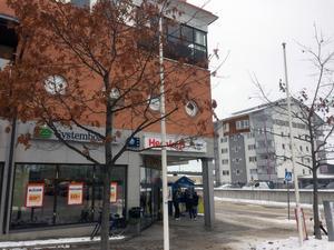 Bryggeriet, med Hemköp, i Hudiksvall i förgrunden och på andra sidan vägen bostadsrättsföreningen Västertulls ena höghus. Framför det planeras nu ett nytt bostadshus där Carl-Ingel Arvidsson är inblandad.