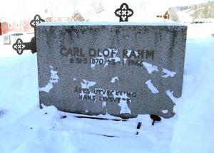 Carl Olof Rahm dog i Stockholm 1946 men ligger begravd på kyrkogården i sitt kära Åre. Hans gravsten har grävts fram ur snön och på söndag efter högmässan ska en krans läggas på graven.