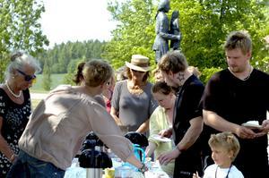 Ett tårtlångbord var finalen på Wedevågs hembygdsförenings nationaldagsfirande.