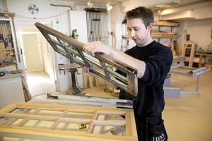 Snickaren. Daniel Brandt har gjort en ny kopia av ett gammalt fönster. Allt går inte att renovera.