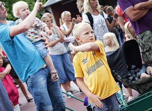 """Emil Kumlin, 7 år, rockade loss framför scenen och kunde alla rörelser till låten """"Åka Pendeltåg"""" utantill."""