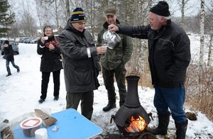 Välkomna! Agne Börjel hade fyllt kaffekokaren med värmande glögg och severar Stig Hedlund. Bakom står Birgitta Hedlund och Lasse Fors.