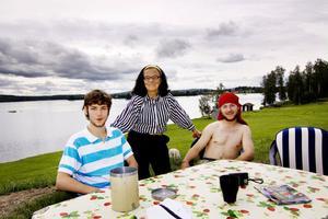 Trots att Gun Danielsson har öppnat campingen i smyg har hon haft långväga gäster i sommar. Nicolas Haelg och Manuel Bossard från Schweiz säger att de blivit ompysslade som av en mamma.