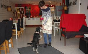 Själv har Kattis Back en vit älghund och en blandrashund.