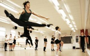 Lyrisk jazz. Eleverna fick chans att dansa med proffsen när Balettakademien besökte Haraldsbo. FOTO: BJÖRN OTTOSSON