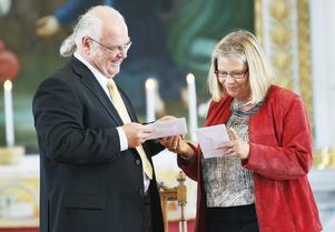 Kyrkorådets ordförande Hela Emanuelsson Brink överlämnade resecheckar som tack för de 35 år Lennart Eng tjänstgjort i församlingen.