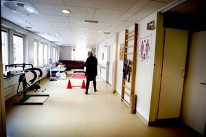 Mer eller mindre. Bomhusgårdens verksamhetschef Annelie Wanke Larsson vet att det ligger människor på sjukhuset och väntar på en korttidsplats. Samtidigt finns utrymme i Bomhusgården, här går det att öppna tio platser till utan problem.