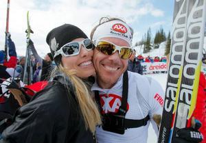 Arrangören Mathias Fredriksson fick en kram av hustrun Emma-Helena efter målgången.