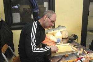Anders Westin från Klockestrand skär ut läder till en knivslida