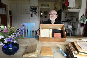 Redo för boksläpp är Mats Elfquist, här med en del av det material som återfanns i i Frost Anders låda.
