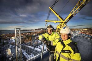 Markus Hansson och Christina Dalborg var nöjda då sista betongelementet sattes på plats under tisdagen.