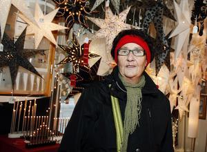 """Många klappar. """"Vi ska faktiskt åka norröver en vecka innan jul, jag känner mig faktiskt lite stressad därför. Annars brukar jag vara tidig med julklappar, men i år är jag lite sen. Jag har nämligen åtta barnbarn och deras föräldrar som jag ska hitta något åt"""", säger Lea Forsmark-Ålander, 65+, pensionär i Sundsvall."""