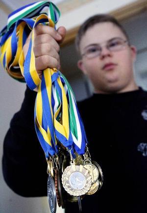 Redan nu har Erik Norelius lyckats vinna ett helt knippe med medaljer, både guld och silver.