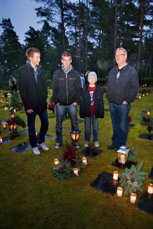 ÅKER RUNT. Först till mormors urna i Hofors. Sedan ett besök hos farfar på Skogskyrkogården. Patrik, Mattias, Niklas och pappa Tomas Flybring åker runt med ljus och kransar.