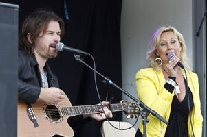 Anders och Susanne underhöll lunchflanörerna på Stortorget i går.