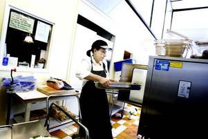 Lagar maten. Numera har Carina Krantz i skolbespisningen fullt upp varje lunch. Det är mycket som ska ordnas.
