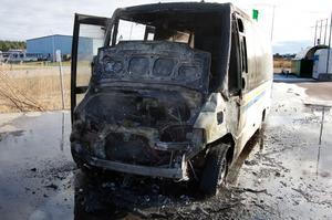 Bortknuffad. Man lyckades knuffa undan den brinnande bussen en bra bit från dieseltanken som syns i bakgrunden.