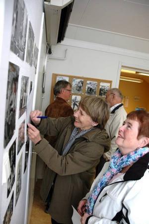 ÖPPET HUS. Ett 30-tal kom när Arbetarbladet i Tierp hade öppet hus. Här tittar Rut Sjöström och Inga-Britt Steinvall på gamla bilder.