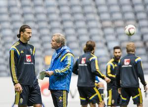 Lagkapten Zlatan Ibrahimovic i samtal med Erik Hamrén.