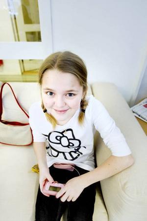 Madelene Åström är ständigt kopplad till en insulinpump. Den förvarar hon i en rosa midjeväska och i en annan liten väska har hon med sig blodsockermätare och kexchoklad eller Dexterosol.