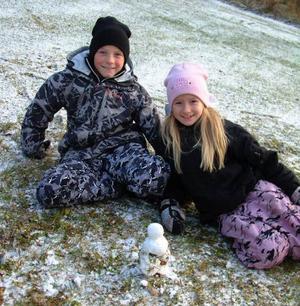 Sebastian och Sandra Kristainsson med säsongens första snögubbe i Pilgrimstad. Foto: Ingvar Ericsson