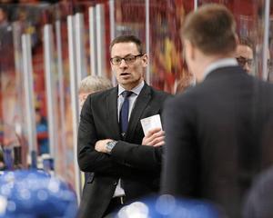 Som biträdande tränare i Tre Kronor är det Peter Popovics viktigaste uppgift att vara tydlig med spelidéerna och bidra med sin glädje och kärlek till hockey.
