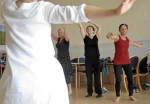 Livets dans. Frigörande dans under ledning av Carina Henningsson från Nora var en av hälsodagens aktiviteter som Anki Boström, Gunilla Ernestål och Ann Persson provade på.