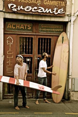 Surfkillarna Jens och Peter i Biarritz.   Foto: Niklas Malmqvist