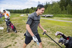 NHL-spelaren Anton Lander på väg ut på hål 15.