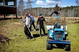 Ideellt arbete är en grundstomme i Stjernfors golfklubb. Inför säsongen ställer medlemmarna upp under städdagar.