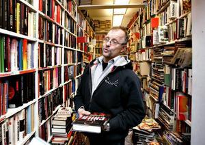 Böcker i långa rader är livet för Tommy Örtberg som i 20 år drivit Gestrike Antikvariat, men själv ger han sig inte tid att läsa.