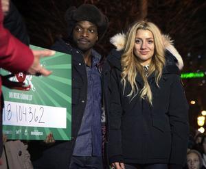 Gina Dirawi tillsammans med Kodjo Akolor efter att ha lämnat studion.