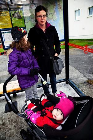 Småbarnsföräldern Linda Hansson är inte stormförtjust över att trafikljusen ska försvinna från zebraränderna vid skolan.– Det är svårt att säga hur det kommer att bli, men det blir kanske bra. Och vi har varit med flera gånger när bilar kört mot rött vid övergångsstället, säger hon.På bilden syns även hennes barn Alicia och lilla Nathalie.