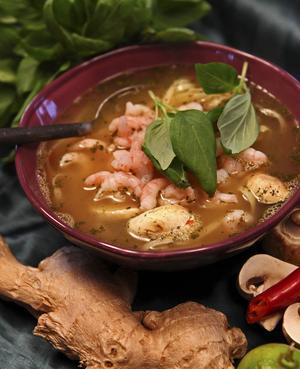 Thaiinspirerad soppa med nudlar och räkor som får dimpa ner i den färdiga soppan. Starkt, het och rena kaminen i vinterkylan.