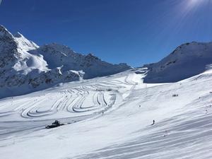 Charlotte Kallas egen nytagna bild från skidparadiset i italienska Val Senales på 2 900 meters höjd: Här får hon och landslaget sin skidvana på snö en månad före tävlingsstart.