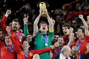 Iker Casillas höjer VM-bucklan och hans lagkamrater jublar.