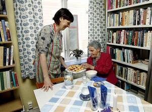 Elisabeth Gisselman serverar soppa till Sirje Gisselman.