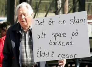 >Arg veteran. S-veteranen Rune Karlsson underströk sin ilska mot politikerna att dra in verksamheten på Öddö.
