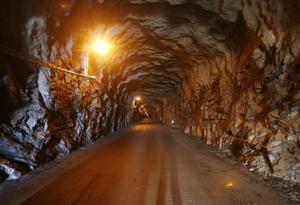 För att ta sig ner till kraftstationen vid Långå åker man ner genom tunneln som är en kilometer lång.