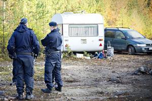 En handfull poliser, samt väktare och personal från socialtjänsten, var på plats i skogen utanför Sätra när EU-migranterna tvingades flytta.