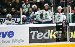 Det var trångt i utvisningsbåsen när Rögle vann mot Leksand i går.