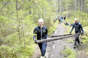 Bärkraftikgt projekt. Under fredagen var det teori och lördagen ägnade Erik Åkesson, Karin Pehrson och alla de andra åt praktisk jobb längs lederna.